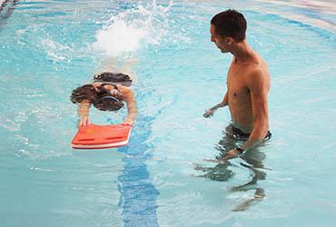 Activités Aquatiques - Natation - Nager avec la planche
